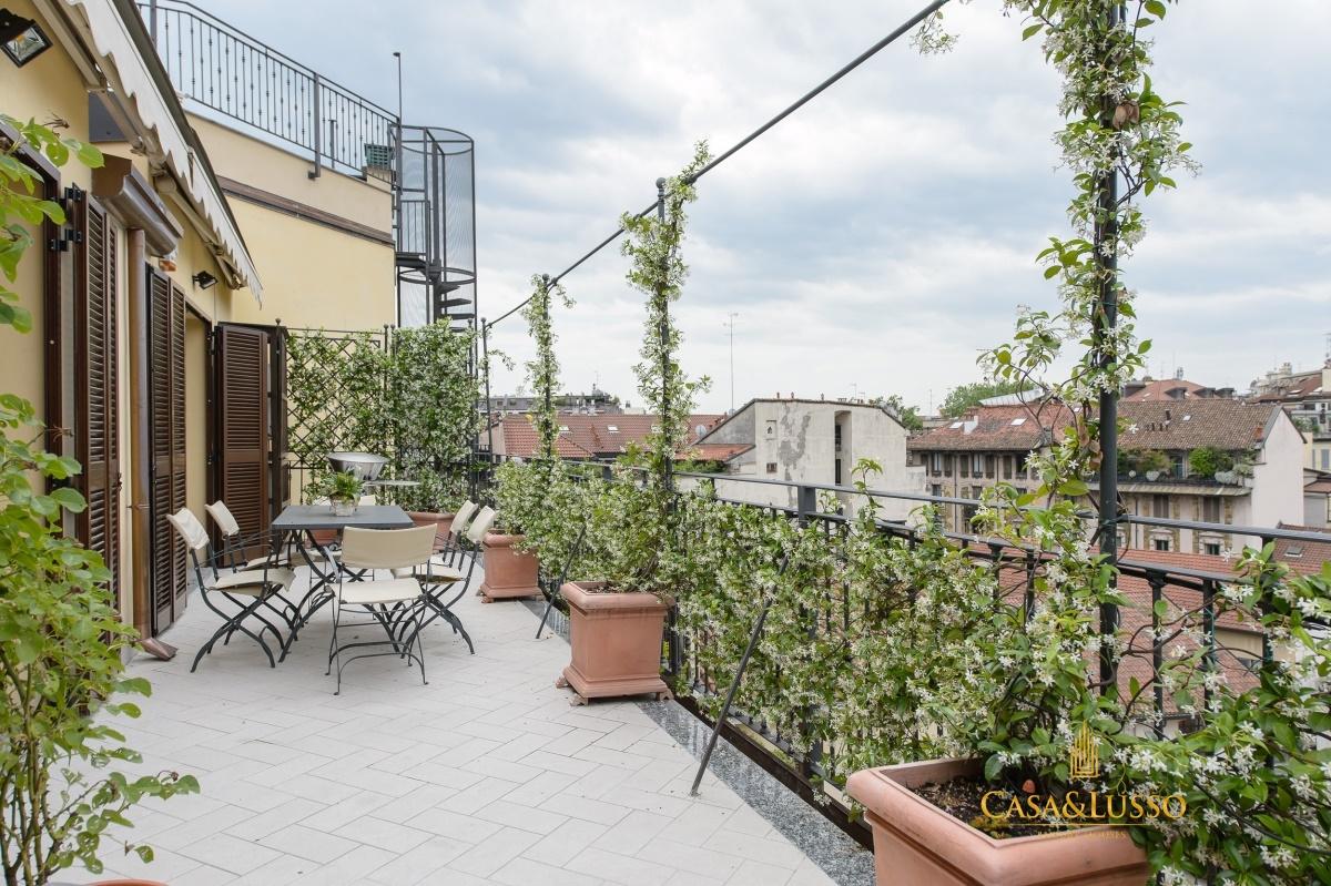 Vendita attico milano attico con terrazzo al piano di 30 for Arredamento terrazzi milano